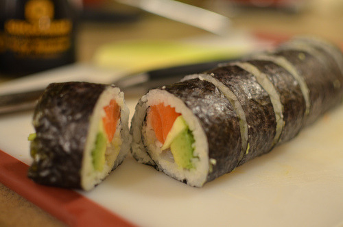 endlesscravings:  Salmon Avocado Sushi Roll