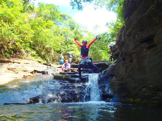 西表島ケンガイドがおすすめする石垣・西表島旅行で人気のアクティビティツアー体験、愛犬・ペットとSUP・スタンドアップパドルボード・カヌーでマングローブを漕いで、ジャングル探検トレッキング滝巡りで遊ぼう!