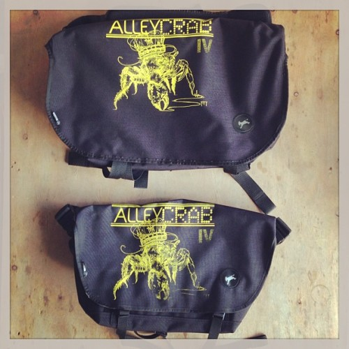 Custom #alleycrabIV Messenger bag sponsor by @burrobags & @ciclopedal / #prfixed #santurce #alleycat