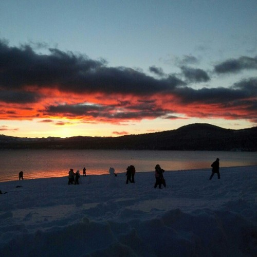 I want to go back to Tahoe before winter is over. I miss sunsets like this after a day of riding. #kingsbeach #Tahoe #January #snow #sunset