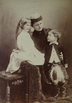 Helen, duchess of Albany and kids Pss Alice and prince Carl Edward.