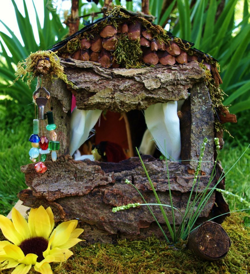 sosuperawesome:  For All things Fairy in Miniature, BlueStarEmporium in Missouri, US.   A fairy doll house in a violin. *awe*
