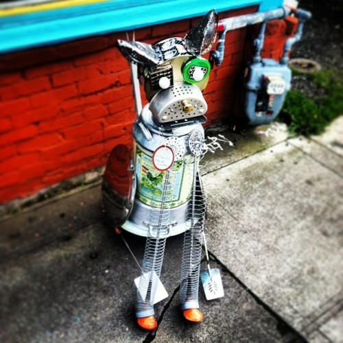 Hello strange #portland #robot #dog. #portlandia #hipster #thingsifoundinportland  (at Guardino Gallery)
