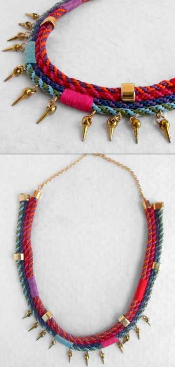 "DIY Kumihimo Braided Wrapped Necklace Tutorial from el cuaderno de ideas here. Translator on upper left of page. I posted a link to one of the best tutorials I've seen for this spiral braid here: ""Eight to Twenty Eight Strand Spiral Braids Using a Cardboard Weaving Wheel"". for more kumihimo DIYs go here: truebluemeandyou.tumblr.com/tagged/kumihimo"