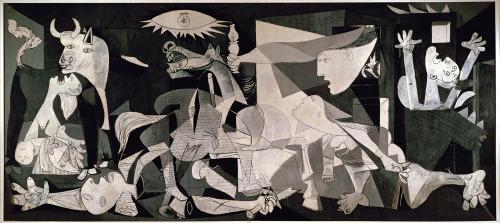 Pablo Picasso (Málaga, 1881 – Mougins, 1973) Guernica 1937, Museo Nacional Centro de Arte Reina Sofia, Madrid olio su tela, 349×776cm - Picasso era 'n cubbista, e no, nun vor dì uno che abballa 'n discoteca, ma 'n pittore che te fa vede 'e cose da più punti de vista 'nsieme. Come a dì, naa prospettiva si te ricordi era come se er pittore se mette seduto da na parte e te fa vede 'e cose come lui 'e vede da là. 'Nvece er cubbista disce: na cosa 'a poi vedè da qui, da lì, da là, e ogni vorta è diversa. E lui ner quadro te mette 'nsieme tutte ste visuali. Er risurtato sembra 'n gran casino, tipo che vedi 'na faccia, e n'occhio va da 'na parte n'artro da n'arta ma nun è perché è strabbico, è che sò visti da du punti diversi. E a guancia è 'n per così, 'nvece orecchia va su de llà, e er naso sta pe storto. Però si ce pensi è vero che 'e cose se ponno vede da punti diversi, che c'è chi a pensa nera e c'è chi a pensa bianca; e pure te pe dì litighi co tu padre che cià dee idee antiche, ma so' antiche pe te, perché er monno cambia. E er monno de oggi cambia na cifra, e 'a scienza e quelli che studieno er monno te dicono cose che na vorta manco se immagginaveno, perché er monno oggi se analizza co 'a scienza e anfatti sto cubbismo se chiama analitico. E Picasso te vole dì, nun se pò più fa vede er monno tutto bello pulito come – che ne so – Piero daa Francesca. E pure perché e cose so 'n sacco più complicate, e quello che se credeva na vorta, tipo che si sei bono vai 'n paradiso e si sei cattivo vai aa 'nferno, e che er monno è sempre uguale, e che tutto se pò capì, mbè tutte ste cose nee credemo più tanto. E er pittore te fa vede un monno diverso. E vedè 'e cose da più punti de vista è pure 'na cosa giusta, che se deveno da rispettà tutte le idee. E 'nvece ner monno de oggi putroppo ce sò e ce sò state dee vorte che quarcuno voleva che tutti a pensaveno comme a lui, e chi nun la pensava così annava a finì male. E sò li dittatori. E sto quadro qua de Picasso anfatti ce sta po