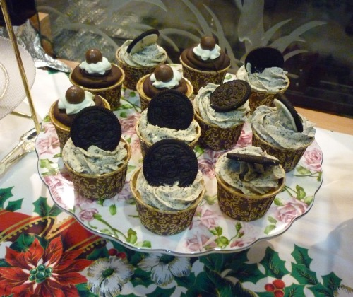 Oreo and chocolate cupcakes Cupcakes topped with oreo whipped cream and cookies or chocolate ganache and maltesas