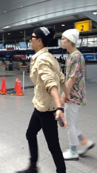 "bapbabybanglo:  Seems like they were ""holding"" hands.. ^-^"