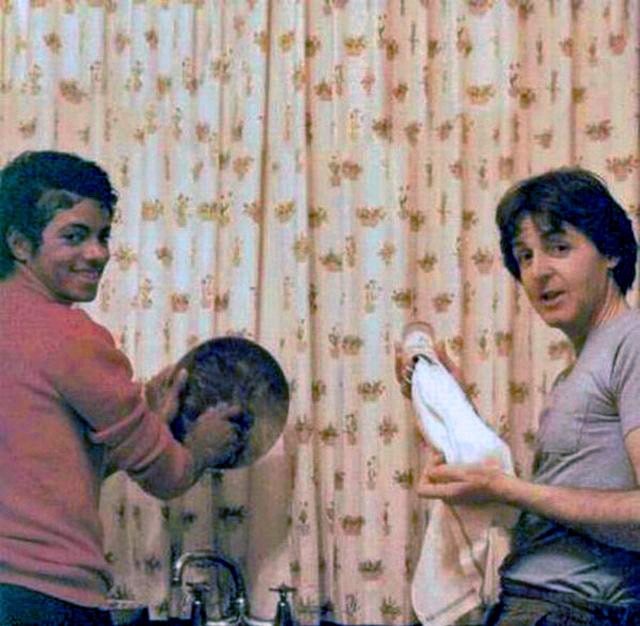 weirdvintage:  Michael Jackson and Paul McCartney doing the dishes, 1983 (via Retronaut)