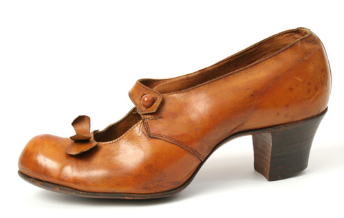 brown heels heel chunky heel shoes low heels pumps shoe shoes pump fashion Accessories women& 039;s accessory antique footwear women& 039;s fashion women& 039;s footwear 1900s 1900 1919 American fashion edwardian cute edwardian fashion leather