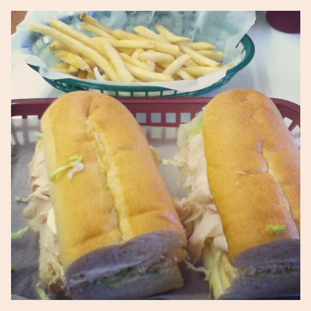 Le dîner. 😉😋🍞🍟 #food #dinner #turkeysub #frenchfries #fries #gracies #nomnomnom #sub #hoagie #basket