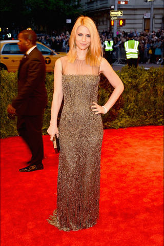 Claire Danes in Oscar de la Renta for the #Met Gala. From a distance, her Oscar de la Renta black tulle gown, paired with a clutch and shoes from the designer, definitely echoed more 'couture' rather than chaotic inspiration.