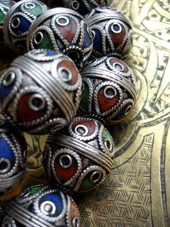 ledecorquejadore:  4 enamel and silver Moroccan Berber beads by HilarysBazaar on Etsy. (via Pinterest)