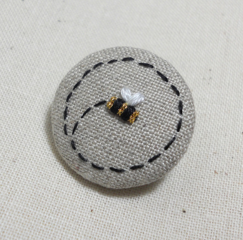 Bee Brooch on Flickr.Just whipped this mini little beauty yesterday. Two large chips of gold metal work thread for the body of the bee.Via Flickr: Playing about this afternoon with another idea.            Blogged - themasonbee.blogspot.co.uk/2013/01/return-of-bees.html