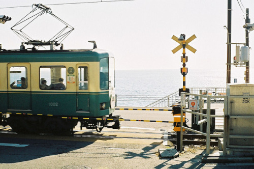 ileftmyheartintokyo:  江ノ電 Enoshima Electric Railway by shiori* on Flickr.