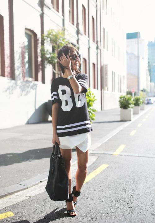 what-do-i-wear:  Topshop tee - Zara skirt (similar here) - Mi Piaci bag - Alexander Wang sandals - Céline sunglasses (here, or here) (image: fashiondistraction)