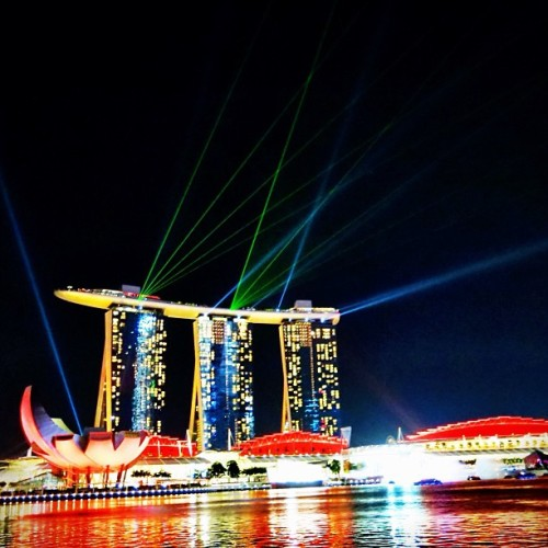 The breathtaking WonderFull Light Show - 2x to 3x Nightly - at the #MarinaBay Waterfront #Singapore . @MarinaBaySands