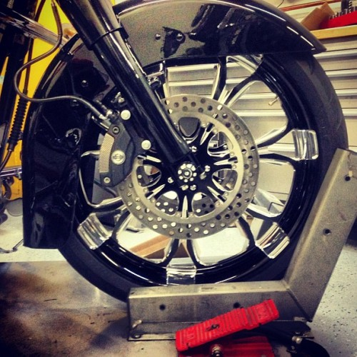 bigalscycles:  Rim hella big tire skinny like Chris Rock #LilWayne #performancemachine #pm #flhx #bigalscycles  (at Big Al's Cycles )