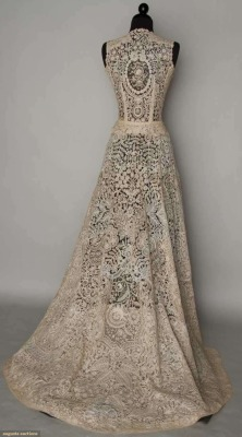 tawnyscostumesandcuriosities:  Lace wedding gown, c. 1940.