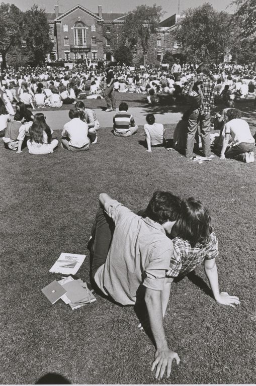 fuckyeahbrownuniversity:  Young Lovers at Brown Convocation, 1979