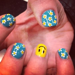 Dasies & Don't worry be happy by Wah gurl Ellie #nails #nailart