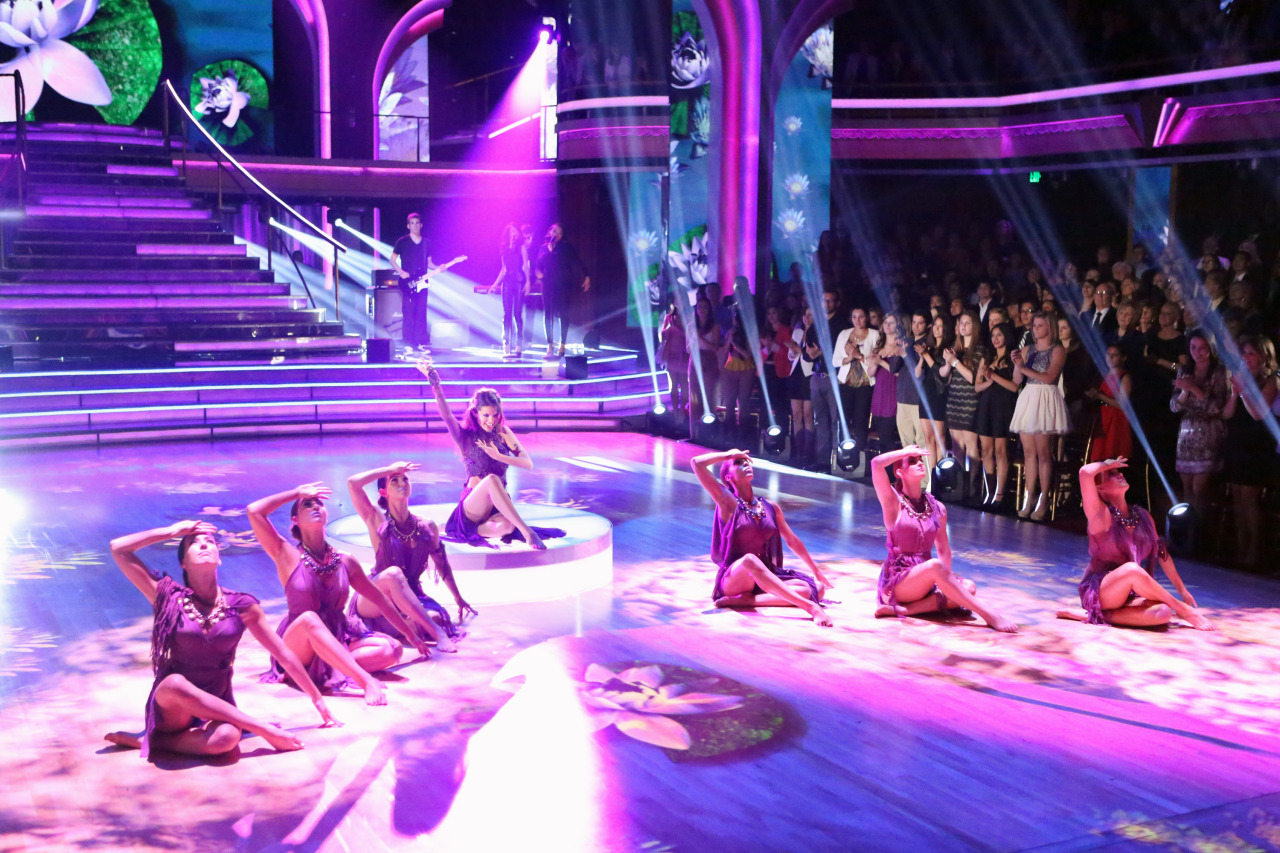 http://images.bangtidy.net/2013/04/selena-gomez-dancing-with-the-stars-show-16-04-13/attachment/9461871366340641/
