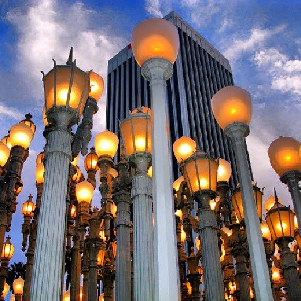 #Dusk at @lacma! #urbanlight #urbanlights #la #museum #art #installation #lacma #LosAngeles #Sunset #lights #lamps #streetlamp #streetlamps #variety #skyporn #sky #picturemysky #picoftheday #instadaily #instapic #ink361_mobile #webstapick  (at Los Angeles County Museum of Art (LACMA))