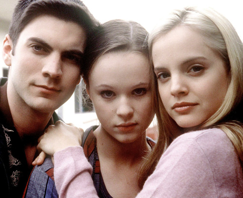 Wes Bentley, Thora Birch, and Mena Suvari on the set of American Beauty, 1999