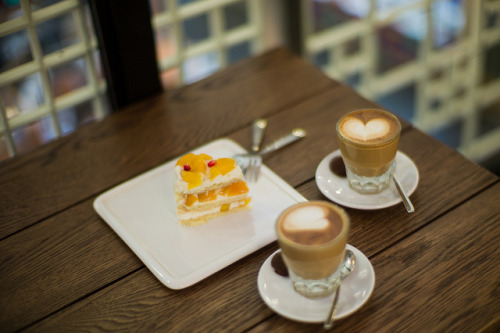 coffeenotes:  Commune - 2 Gibraltars & a Mango Shortcake (Leica M9 + 50mm f/1.0 Noctilux) by [a10101100] on Flickr.