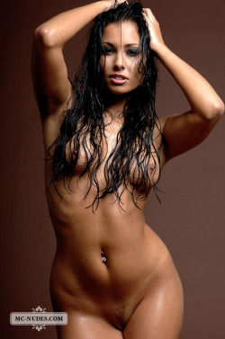 Nude sexbomb Anetta Keys in a sexy wet look