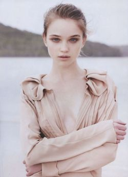 et voila … my new favourite model ROSIE TUPPER (btw I love the name Rosie, so cute). She's so pretty and I love her perfect face. Her eyes looks so beautiful in every photo.  what do you think?