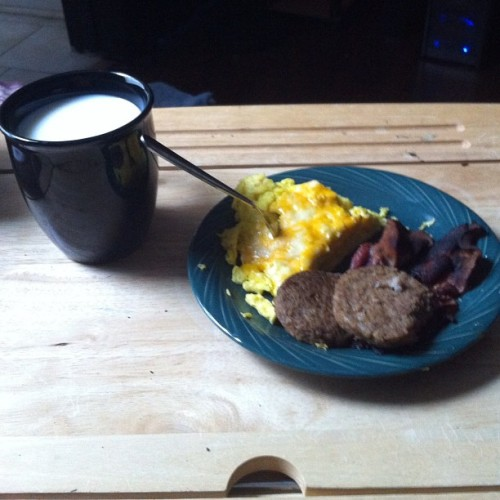 Rainy day and my baby made me breakfast in bed. #swag #imsoloved #stonercouples