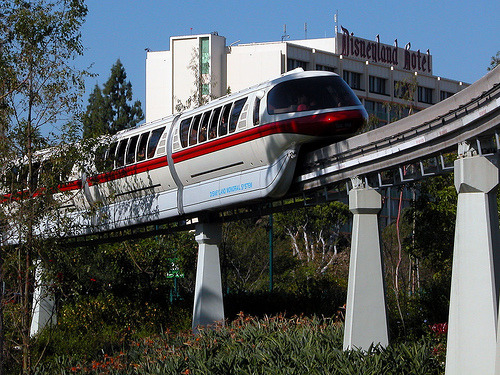 seacastlexstech:  HONK HONK, here comes the Monorail! I rather love this shot, despite it being from 2005 and the Monorail and Disneyland Hotel both being completely changed now. Source