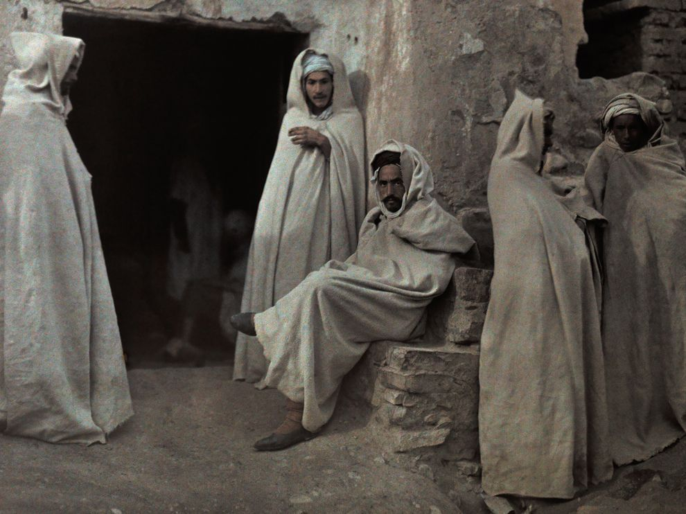 ae5alid:  A circa 1926 autochrome shows a group of men in M'Sila, Algeria.