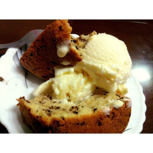 @J_Malaihollo's mom's cake + ice cream! So delicious! Bilangin your mom thank you yaaa, kaka beta alfa!!! cc: @haristerroe #delicious #dessert #foodporn #food_hub