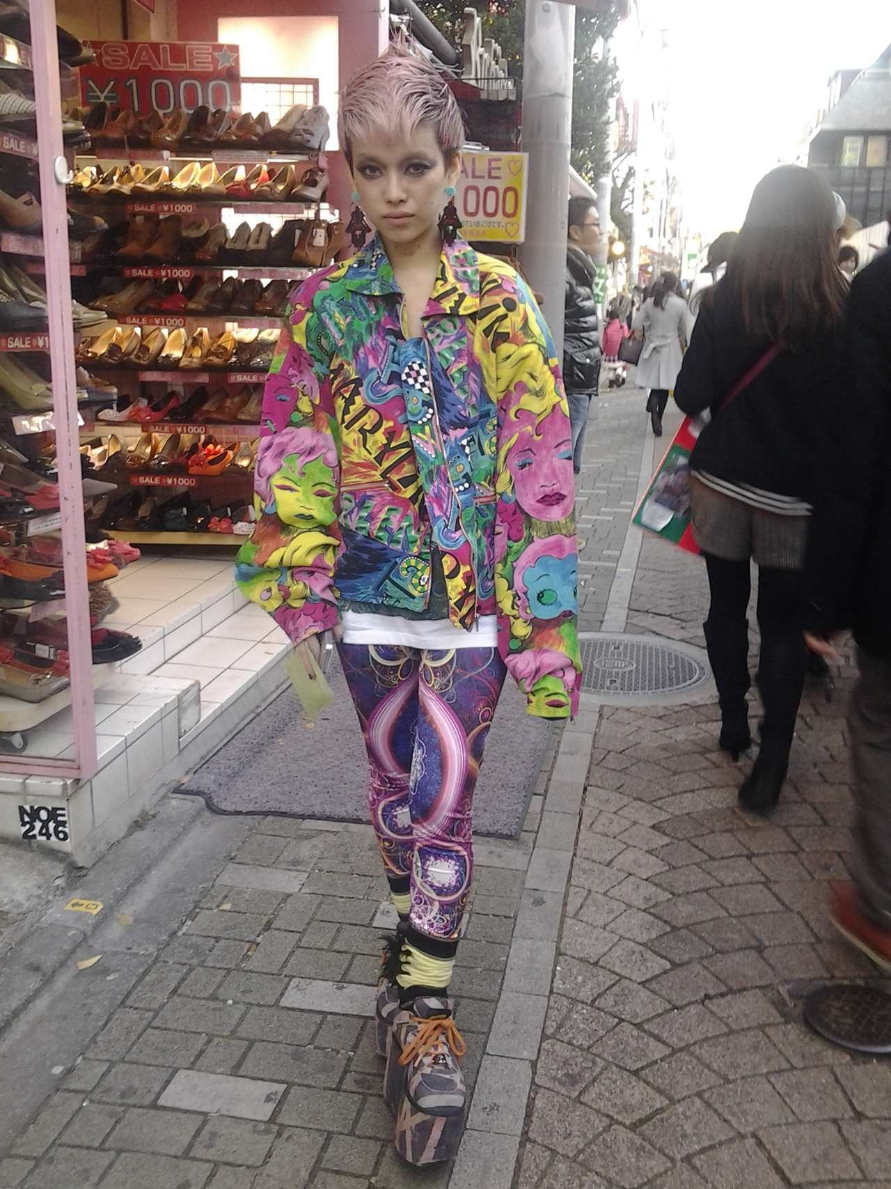 pastelstars:  Today i met Ikeda Hirari on Takeshida street! My heart stopped for a second when I spoke  to her, she was so cute and sexy at the same time! And she was so tiny omg, she was smaller than me (158 cm)  when wearing those shoes! I've met so many cool people in Tokyo, but for Hirari my kokoro went doki doki