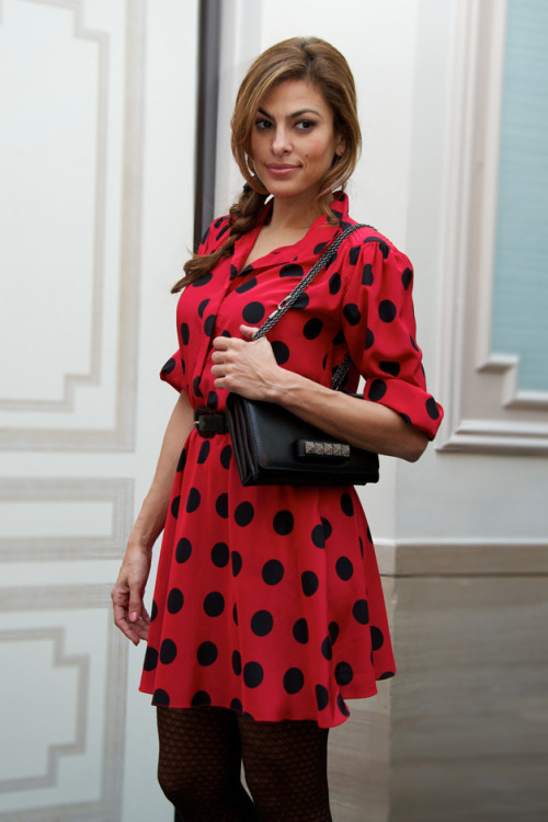 what-do-i-wear:   Fifties dress Eva Mendes (image: vogue)  soooon saaaaaaac <3