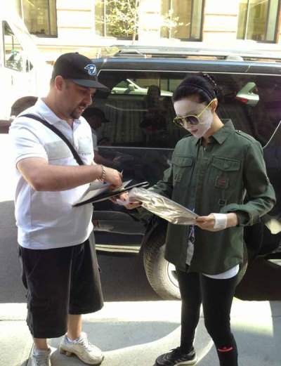 japanesewannabe:  FAN BING BING IS SIGNING AUTOGRAPHS FOR A FAN IN A SHEET MASK THIS BITCH IS MY FUCKING LIFE