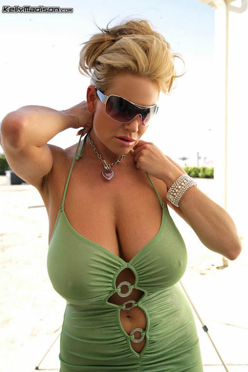 titsintops:  Cool green Kelly