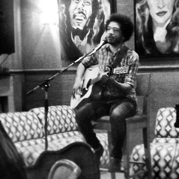 Listening to the SUPER #talented #JosephVeazie at #BuzzBrews #Dallas. He's killing it! (at Buzzbrews Kitchen)