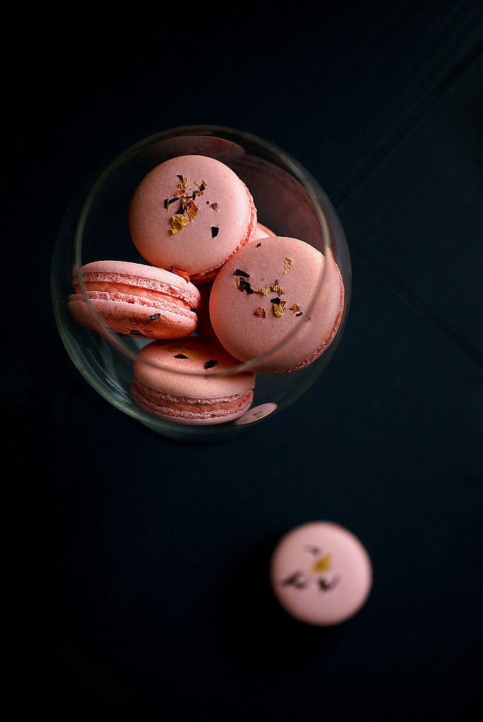 noperfectdayforbananafish:  les macarons rose (by ada.fr)