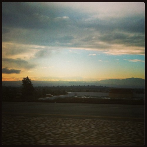 On the way to school… 😍🌄🚙 @acouwenberg @maile_rellish  (at 210 Freeway)