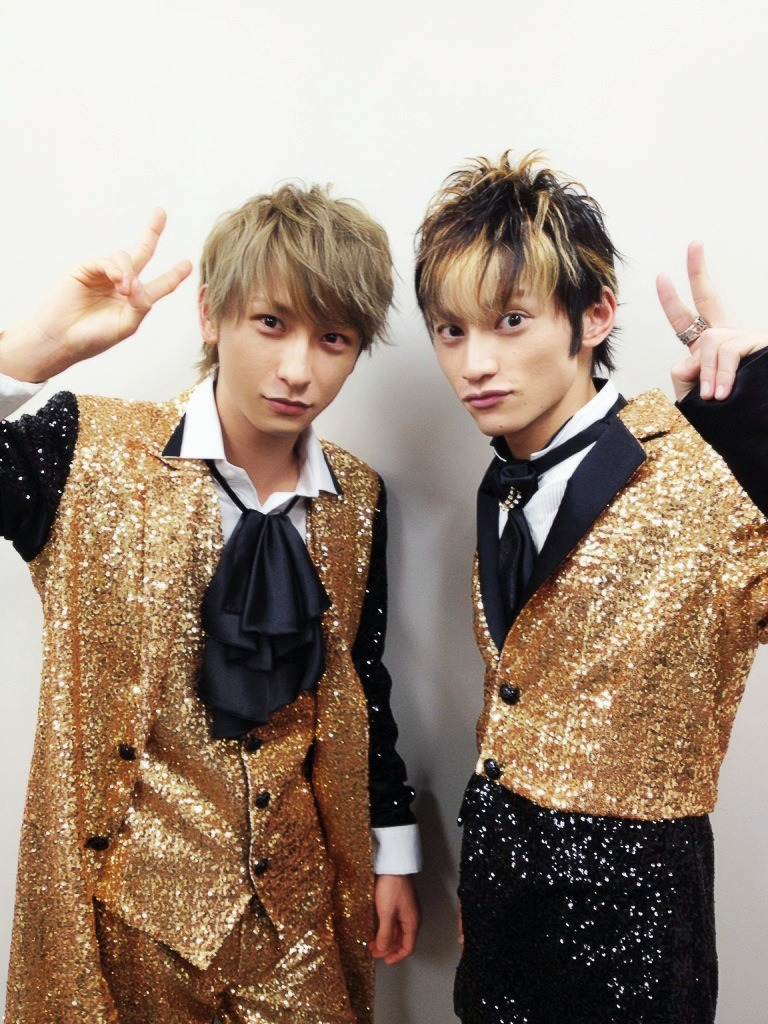 keep-in-smile:   Shin w/Dacchan again xD (AAA blog 06.01.12)