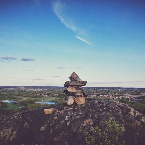 Find momo at an inukshuk.
