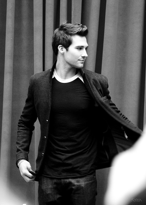 maslow-rudloff-girl:  nolitasfairytale:  Shot #3 James Maslow Signing (May 19th 2013)   I QUIT