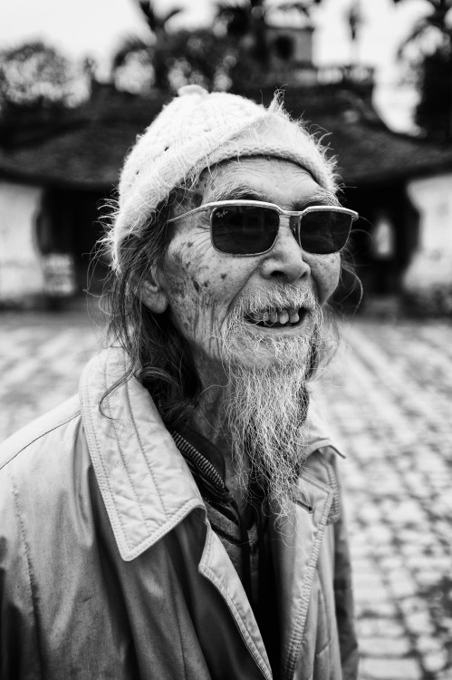 lensblr-network:  Street PortraitHanoi, Vietnam. January 2011D3, 35/f2.8 by visualvocals.tumblr.com