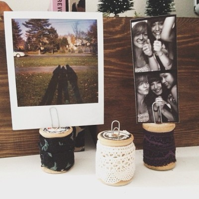 Photo holders made from vintage wooden spools I had laying around. (Thrifted an entire bag of them at a tiny antique store in upstate NY years ago! )…Wrapped in lace trim/floral fabric, added paper clips. Super easy to make 🌞