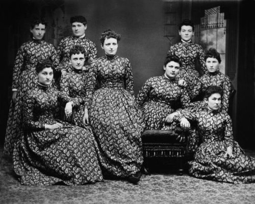 cornucopiansunsets:  c. late 1800s: Women in matching dresses Source: Retronaut