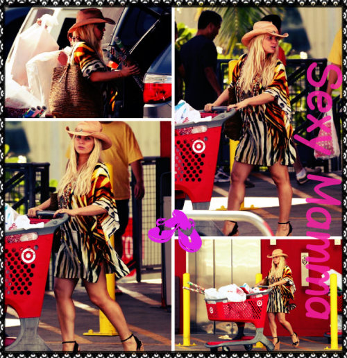 According to some sources, @jessicasimpson hit up a Target store in Hawaii on Sunday. How sexy is the mom to be?!!