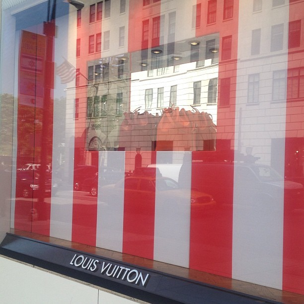 Late #danielburen @louisvuitton RIP institutional critique