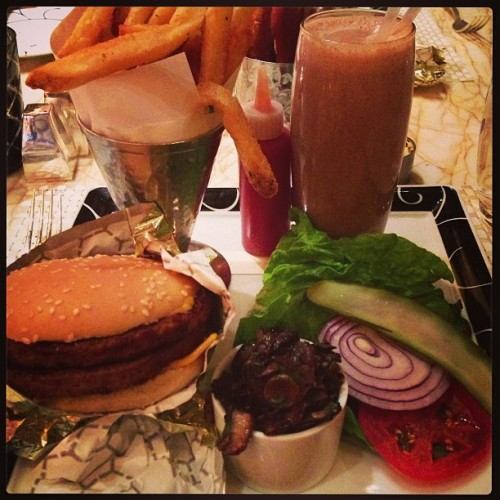 What winners eat! #wynn #vegan #vegas #lasvegas #whatveganseat #vegansofig #veganfoodshare #food #dinner #burger #fries #shake #instayum (at Society Cafe)
